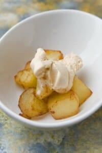 Patatas con aliño helado de bravas