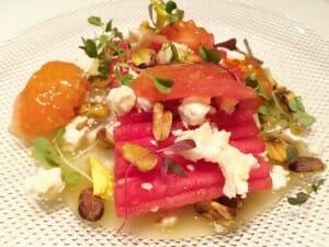 Ensalada de sandía y tomate con pistachos y queso de cabra