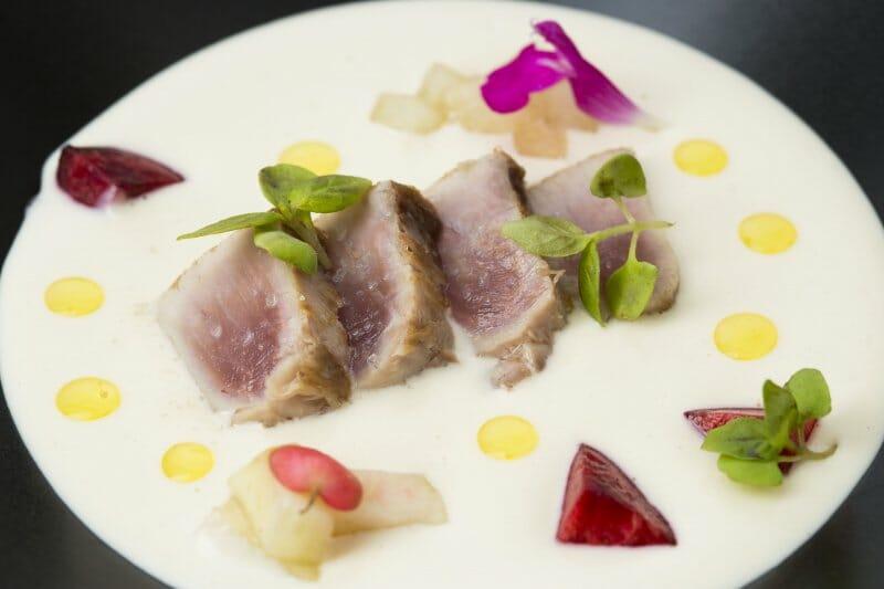 Tataki de bonito sobre ajoblanco y frutas de verano