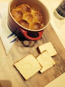 Brioche asado y empapado con un biscuit glacé de leche merengada