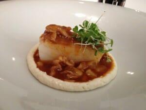 Bacalao con guiso de sus callos a la madrileña del restaurante Chiron