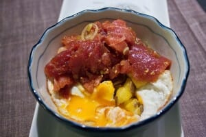 Maguro picante y huevo frito kabuki