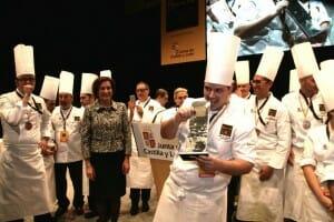 El ganador del Bocuse d'Or España con su galardón