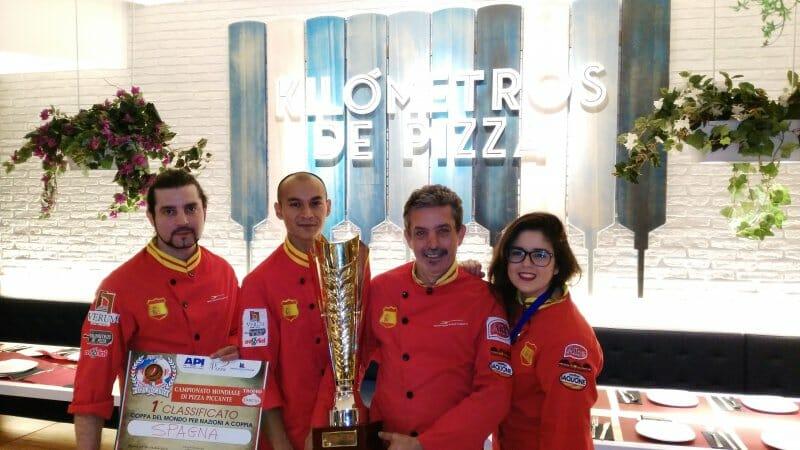 Jesús Marquinetti con su equipo y la Copa del mundo