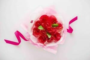 Ramo de rosas hecho con manzanas