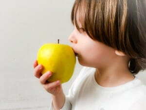 La fruta es un alimento indispensable en la dieta infantil