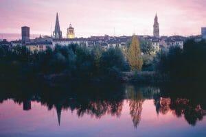 Las torres de las iglesias se reflejan en el Ebro
