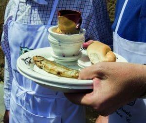 Reparto de pan, vino y sardinas