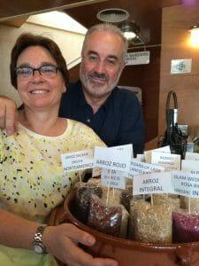 Antonio y Cristina, propietarios de Dársena, junto a algunas de sus variedades de arroz