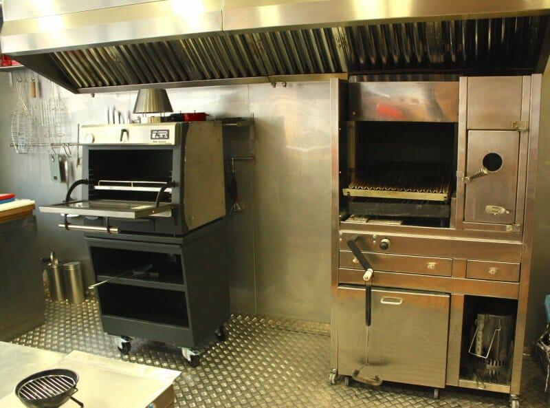 Cocinar con brasas horno o parrilla comer - Barbacoa de interior ...