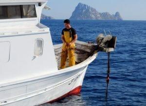 Pescando langosta junto a Es Vedrá