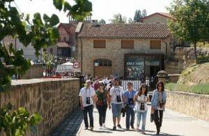 El Barrio de la Estación, con el Bar de Vinos de Bodegas Roda al fondo (*)