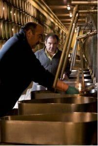 Trasiega a la luz de las velas en Rioja Alta S.A.