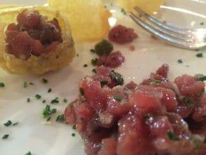 Tártar de atún con patatas souflee