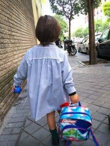 Un niño de camino al colegio