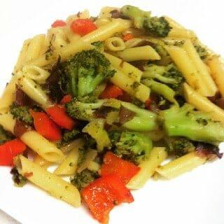 Ensalada templada de pasta, verduras al dente y alga Dulse