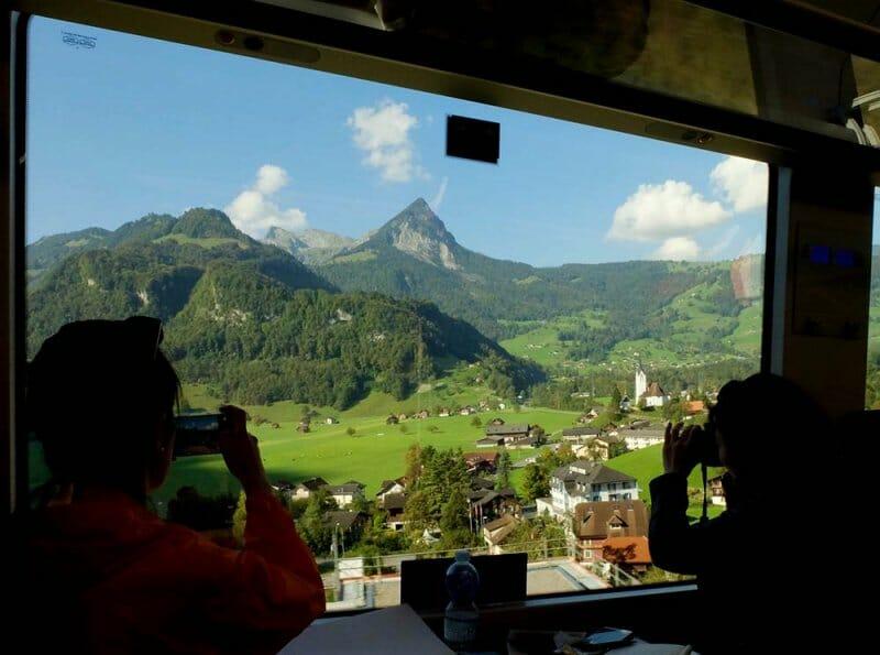 Paisaje y tren suizo