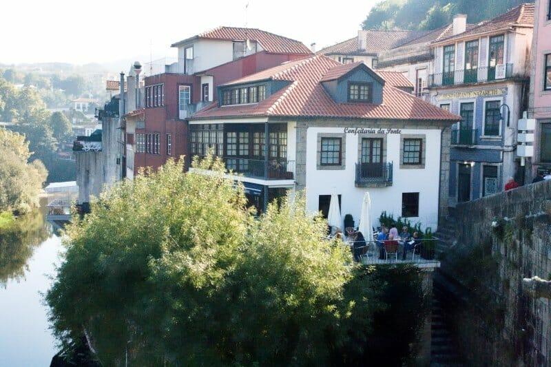 Confeitaria da Ponte vista desde el puente de Amarante