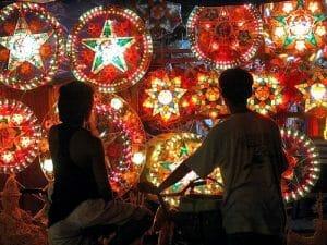 Farolillos y luces llenan de color el país los últimos días del año