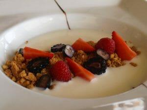 Crumble con sopa de chocolate blanco y frutos rojos