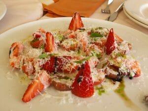 Ensalada de fresa, parmesano y tomate