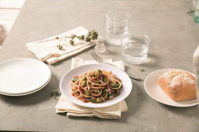 Spaghetti sin gluten con atún de lata, calabacín y salsa Napoletana Barilla
