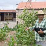 Pepe Santana en la casa rural la Gayría, donde se puede colaborar en las tareas del campo o cuidar a los animales