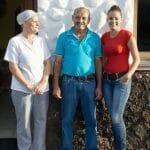 Carmen y Luis posan junto a su hija en la puerta de Casa Luis