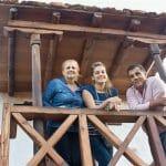 Pepe Santana posa junto a su familia en la casa rural Tamasite