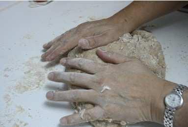 Se amasa bien, añadiendo si es necesario más harina durante el proceso. A continuación se deja reposar la masa durante dos horas, en un lugar húmedo y cálido