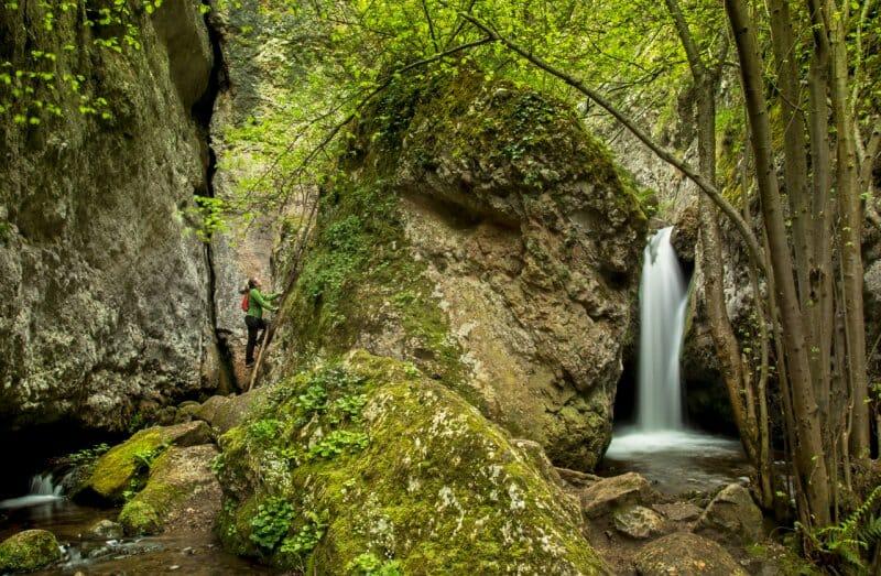 Paseos de primavera por La Rioja entre monasterios, cascadas y embutidos serranos