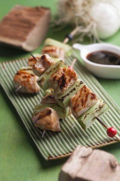 Yakitoris: brochetas de pollo a la brasa