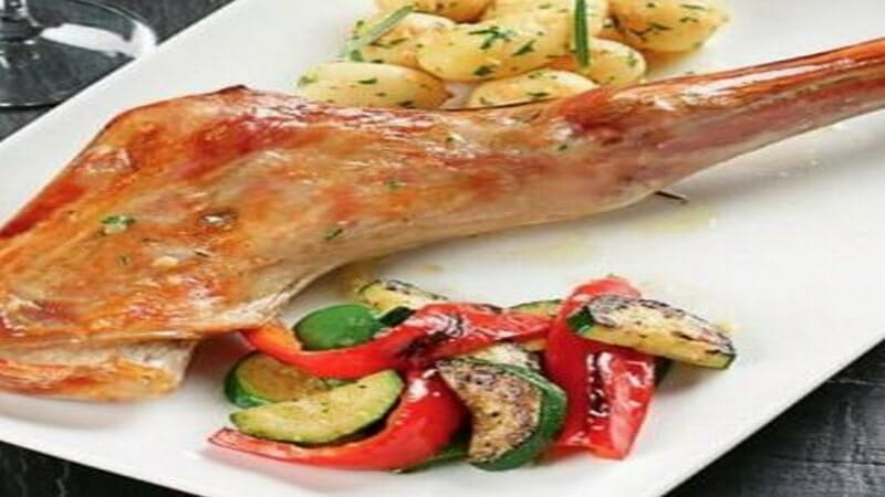 Paletilla de cordero lechal asada con verduras