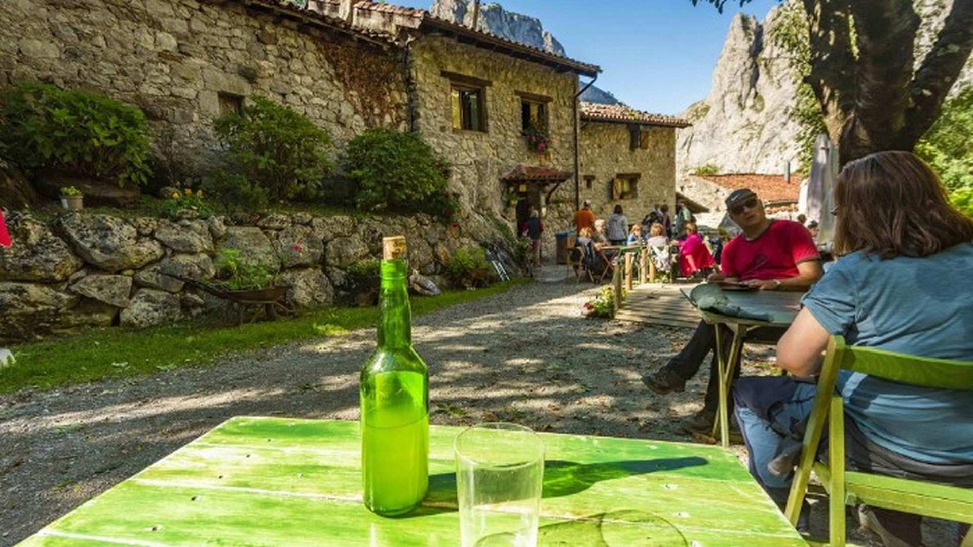 Ruta de la Sidra de Asturias: campos de manzanas, sidrerías y 'culines' para el verano