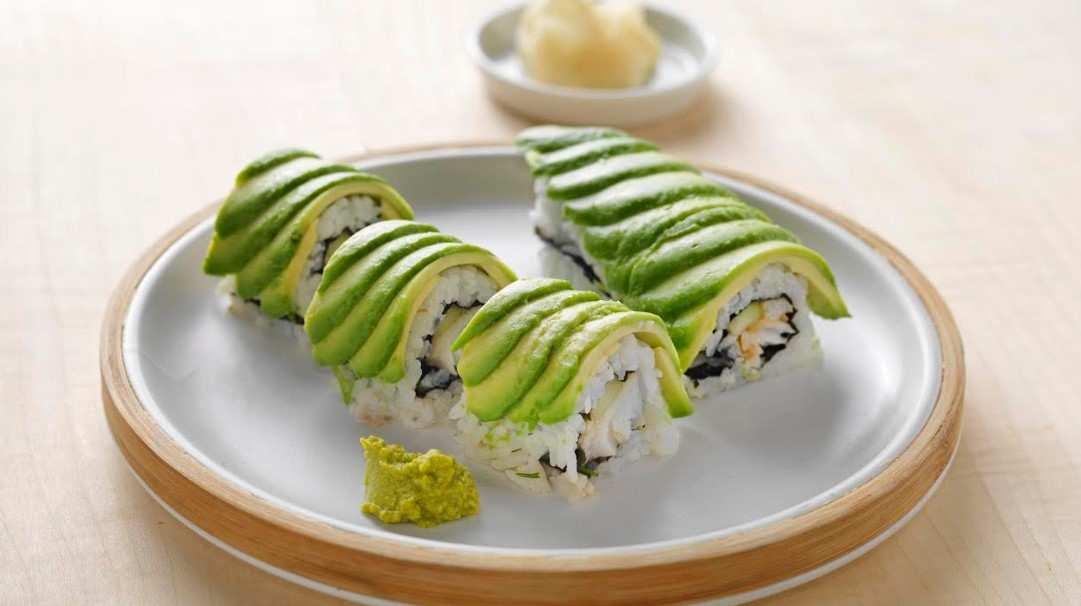 Rollitos de sushi dragón con bacalao noruego