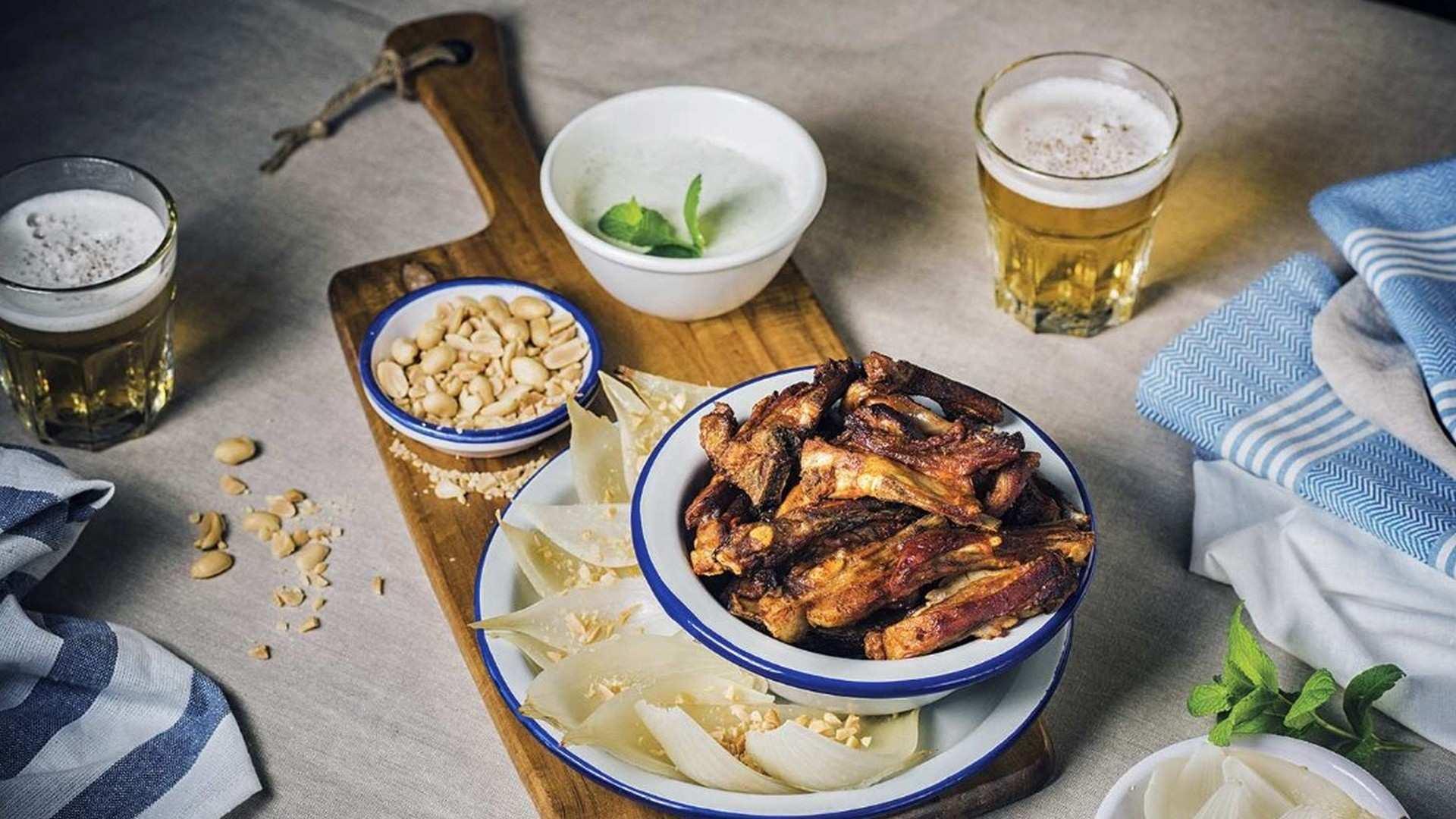 Receta de Churrasquitos asados con gajos de cebolla Fuentes de Ebro Dop y salsa de yogur y menta