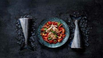 Receta de estofado de pescado con tomate, pasta integral y albahaca