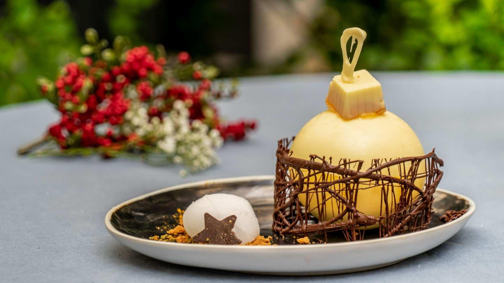 Receta de crujiente de chocolate blanco, mousse de yogurt de melocotón y helado de Moët & Chandon: especial recetas de Navidad