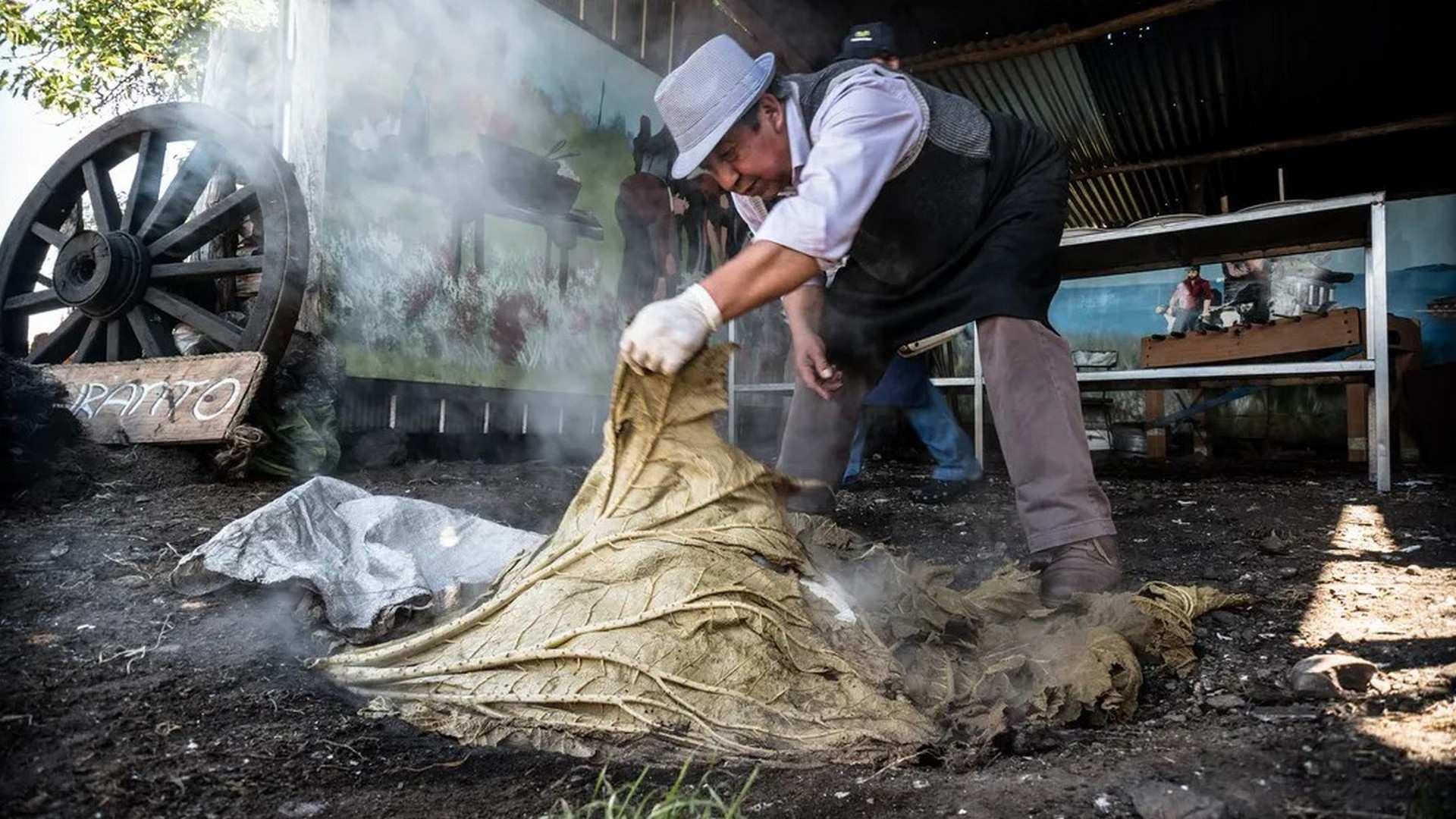 El Curanto Chileno, la técnica milenaria de cocinar en la tierra