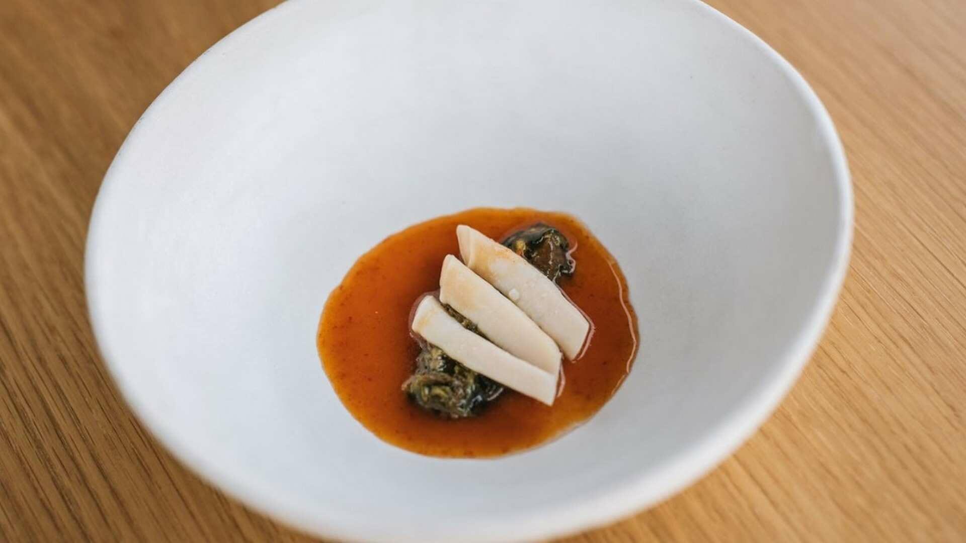 Receta de Navajas en salsa picosa y algas, de Pepe Solla