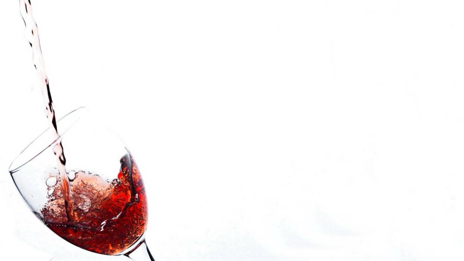 """¿Cómo servir una copa de vino? 5 conceptos básicos para servir el vino y hacerlo """"bien"""""""