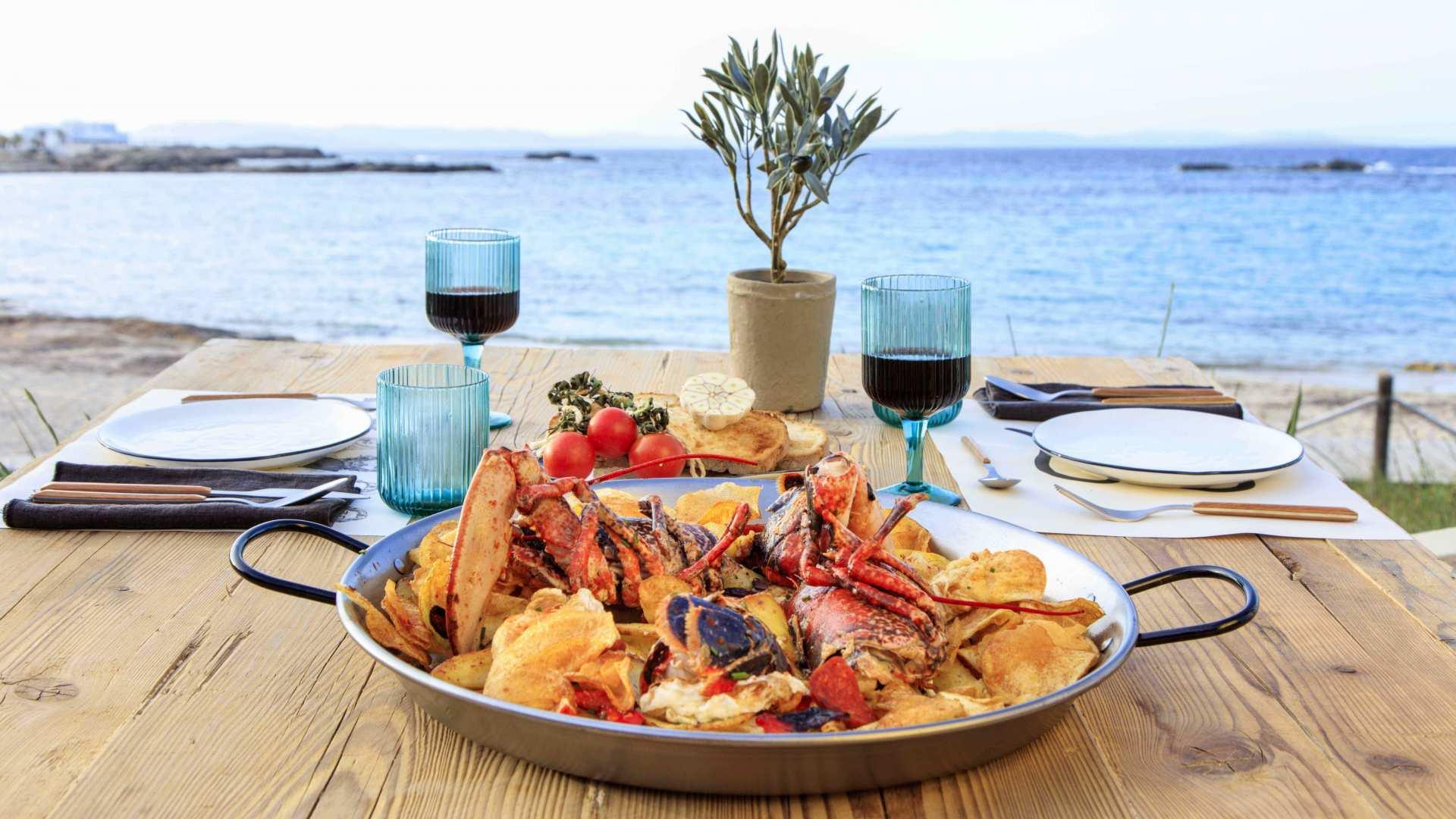 Comer, beber, bailar, vivir... Así es Fandango, el estreno con más 'flow' del verano en Formentera