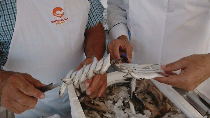 Cocina en origen: cocinamos manojitos de boquerones fritos y espeto de sardinas en Rincón de la Victoria