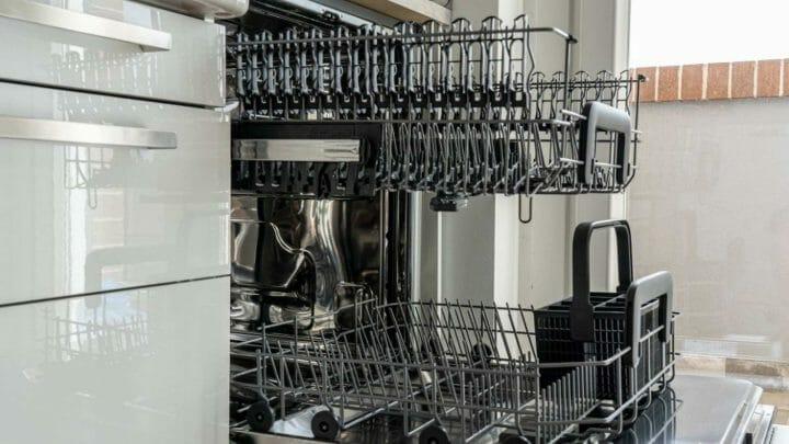 ¿Se gasta menos agua lavando los platos a mano o en lavavajillas? Y otras preguntas sobre nuestro querido lavavajillas...