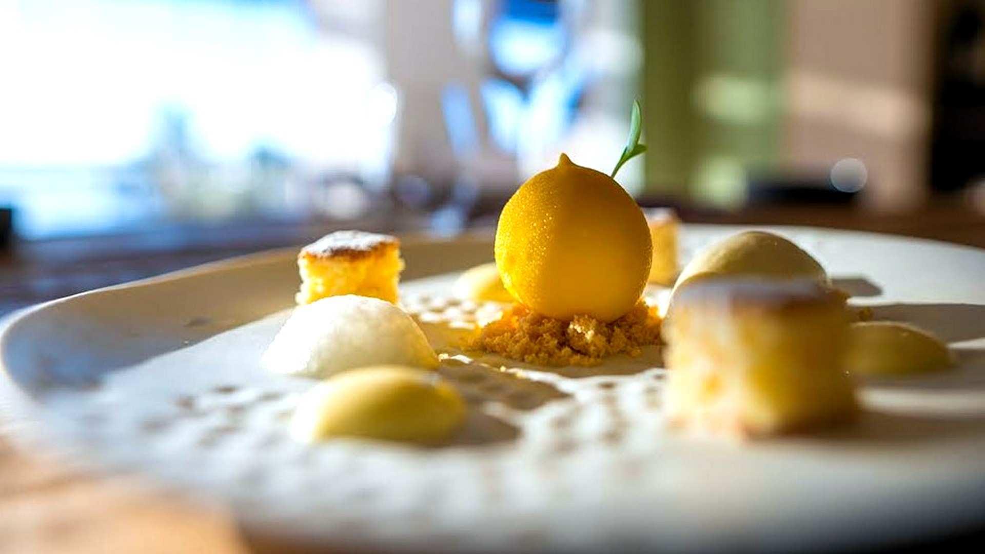 Alta repostería: receta de limón mimético relleno de sorbete de champagne, granizado de ginebra y helado de albahaca y lima